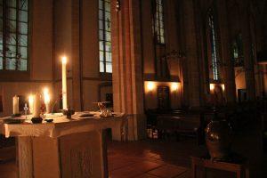 Eine sehr stimmungsvolle, aber leere Kirche.