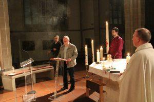 Gloria und Halleluja sind gesungen. Diakon Martin Walter liest das Evangelium.