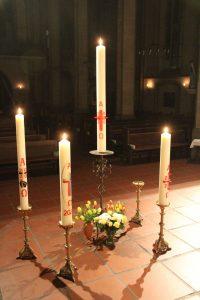 Einträchtig beieinander. Die Osterkerzen aus St. Maximilian, St. Ewaldi, St. Michael und Herz Jesu (vlnr)
