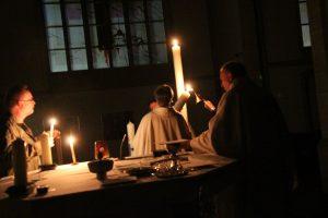Die Osterkerzen der anderen Kirchorte werden am Licht der Osterkerze entzündet.